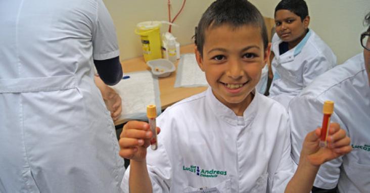 Children attending the health curriculum at the Amsterdam IMC WeekendSchool