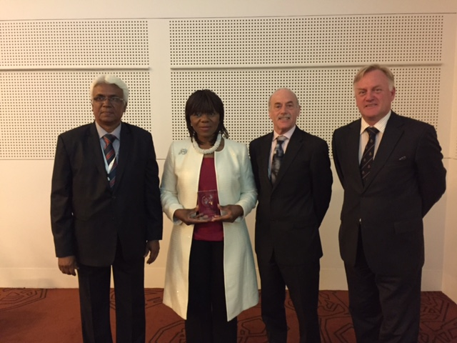 CLA President R Santhanakrishnan, winner of the award Thuli Madonsela, Nigel Roberts (LexisNexis) and past President Alex Ward